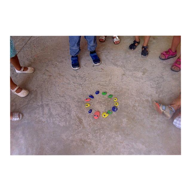Ells mateixos col·locaren les pedres en cercle per poder fer el ball dels monstres. Ellos mismos
